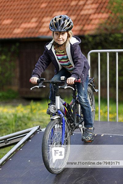 Deutschland  Baden Württemberg  Portrait des Mädchens auf dem Fahrrad