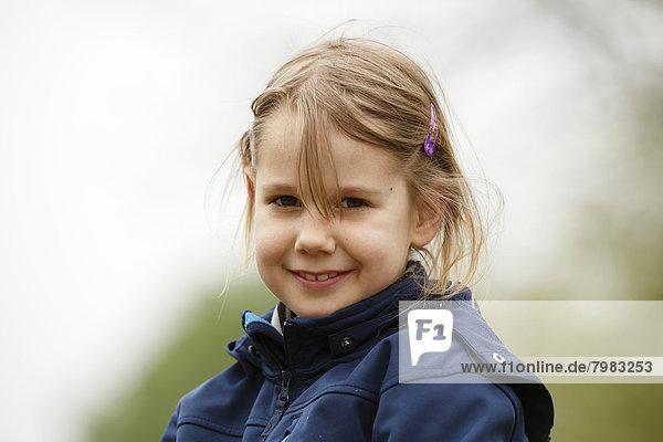 Deutschland  Baden Württemberg  Portrait eines Mädchens  lächelnd