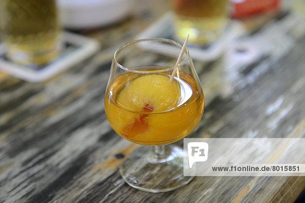 Mispelchen  Marillenschnaps im Cognacglas