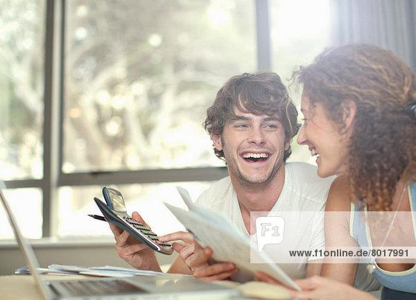 Glückliches junges Paar plant Finanzen