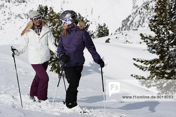 Zwei Skifahrerinnen