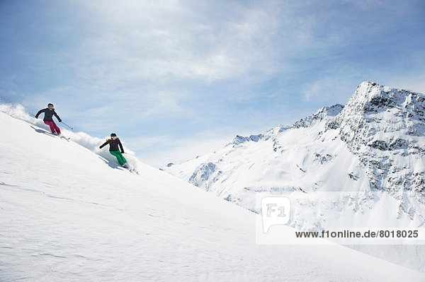 Zwei Frauen beim Skifahren