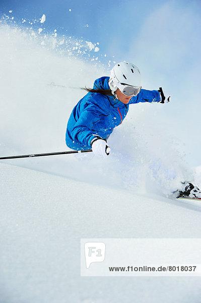 Junge Frau beim Skifahren