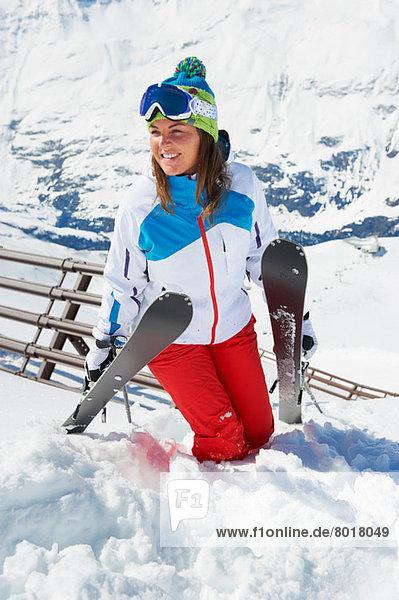 Junge Frau mit Skiern