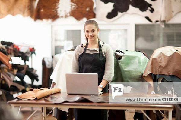 Junge Frau in einer Lederwerkstatt