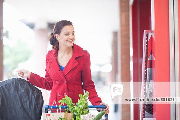 Junge Frau beim Einkauf