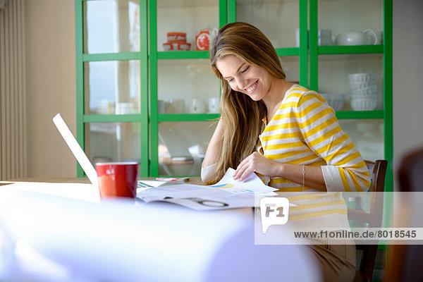 Junge Frau  die von zu Hause aus arbeitet