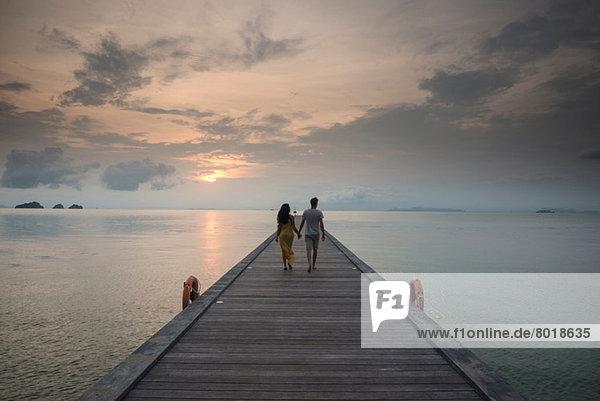 Ehepaar am Pier  Taling Ngam Beach  Ko Samui  Thailand