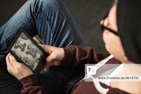 Teenager-Junge mit E-Reader