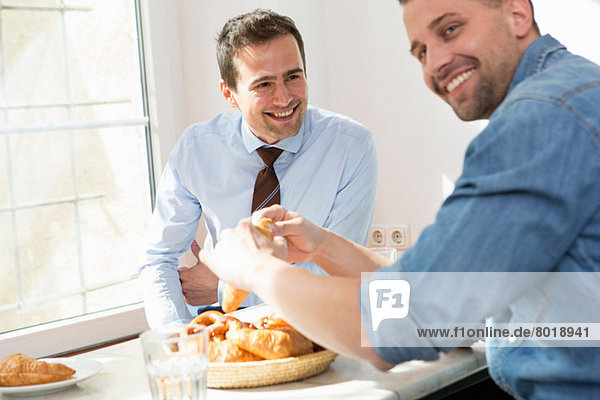 Zwei Männer beim gemeinsamen Frühstück