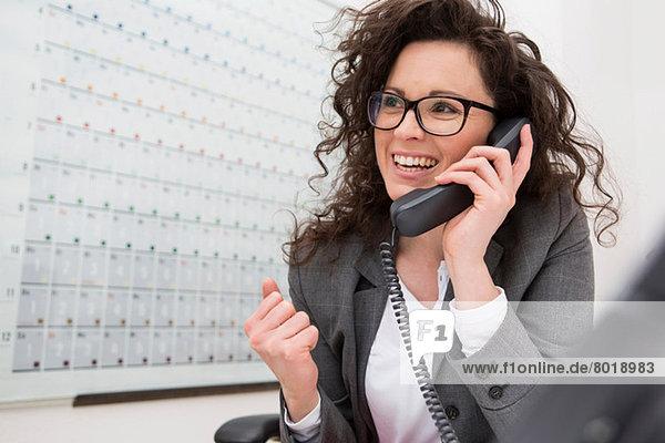 Geschäftsfrau am Telefon  lächelnd