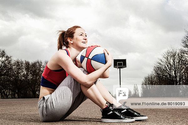 Frau umarmt Netzball am Kinn