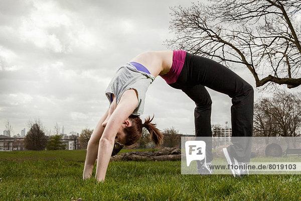 Frau in Backbend Yoga-Pose