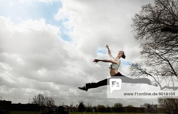 Frau beim Ballettsprung
