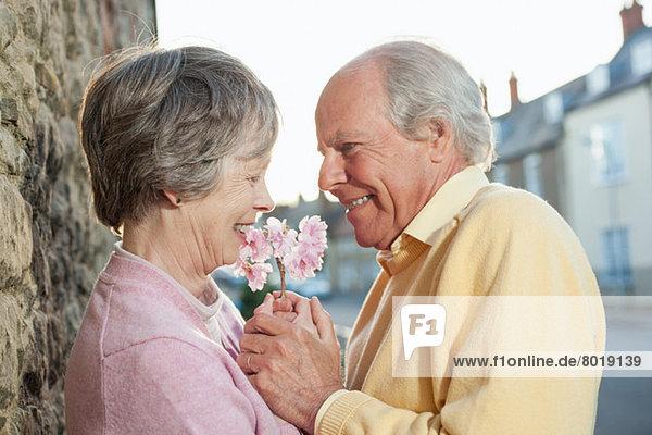 Mann schenkt Frau eine Blume