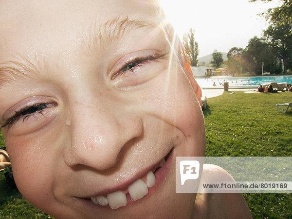 Junge mit nassem Gesicht lächelnd  Portrait