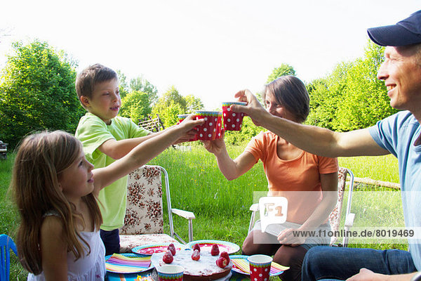 Familie feiert Geburtstag im Freien