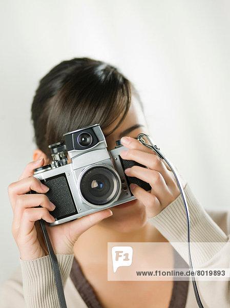 Junge Frau beim Fotografieren