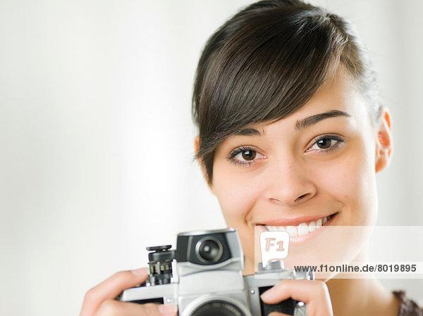 Junge Frau mit Kamera  Portrait