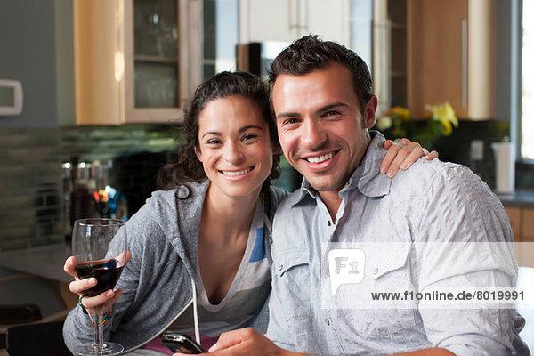 Junges Paar genießt Wein zu Hause  Portrait
