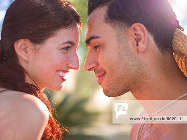 Junges Paar von Angesicht zu Angesicht  lächelnd