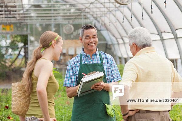 Reife Verkaufsassistentin im Gartencenter für Senioren und mittlere Erwachsene