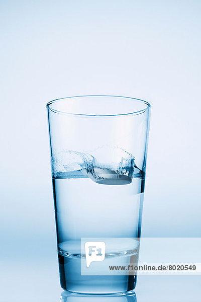 Tablette  die in ein Glas Wasser fällt