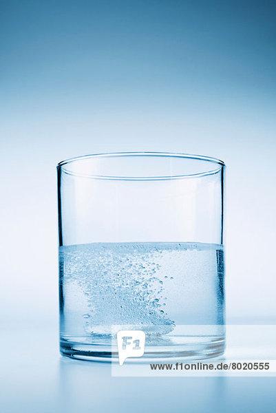 Tablettenzischen im Wasserglas