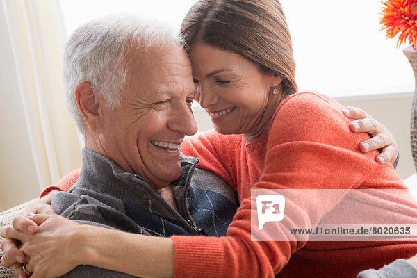 Reife Frau und älterer Mann umarmend