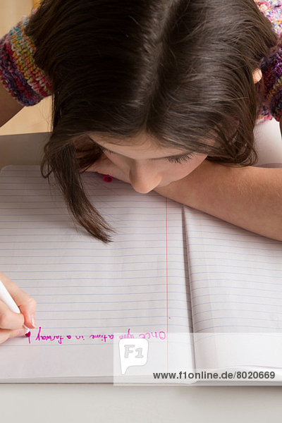 Mädchenschrift in rosa Filzstift im Notizbuch