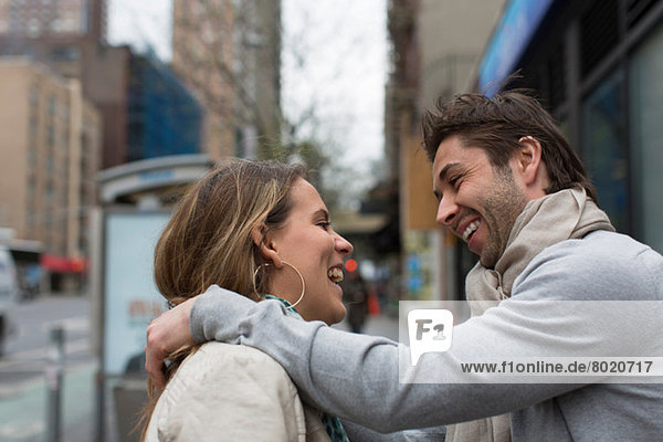 Lächelndes Paar von Angesicht zu Angesicht auf der Stadtstraße