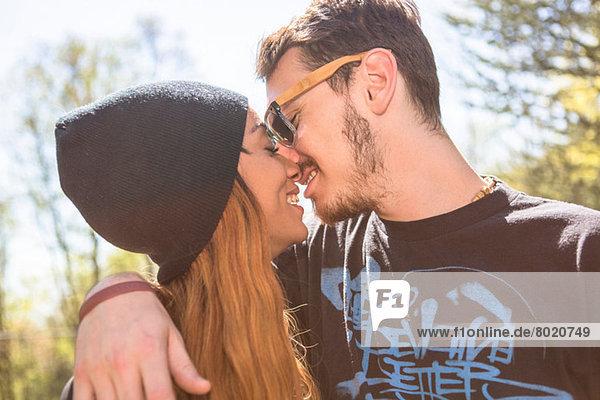 Paar küsst sich  Frau trägt Strickmütze