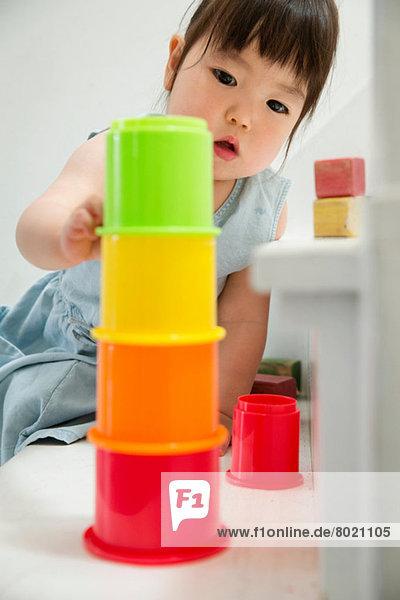 Weibliches Kleinkind auf der Treppe Gebäude bunten Turm