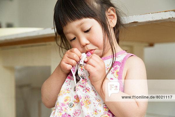 Nahaufnahme Porträt eines jungen Mädchens mit Knopfverschluss