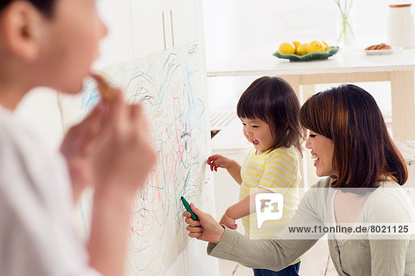 Mutter und Tochter beim Zeichnen