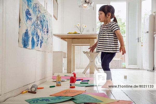 Kleinkind beim Malen und Zeichnen