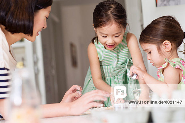 Mutter und junge Töchter bei der Konditorei