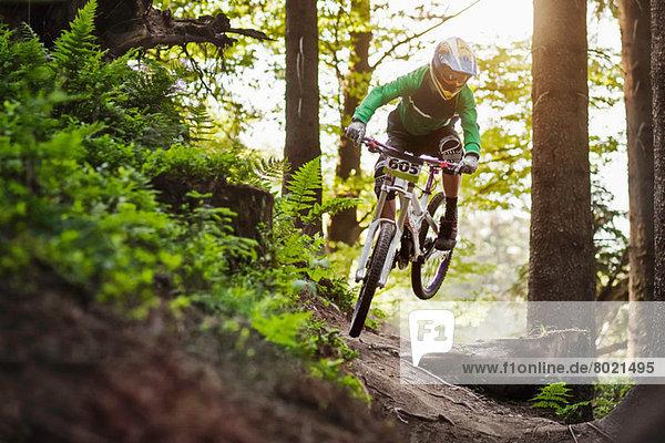 Mountainbike fahren durch den Wald