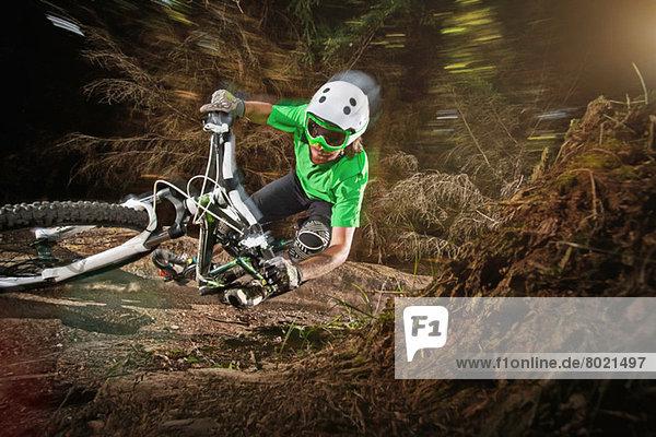 Mountainbiker auf enger Strecke