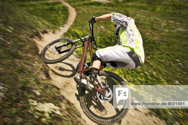Mountainbiker rasen den Berg hinunter