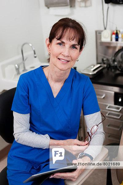 Oberarzt in blauen Peelings mit Krankenblatt  Portrait
