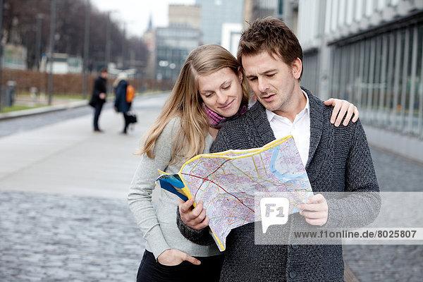Paar sucht Weg