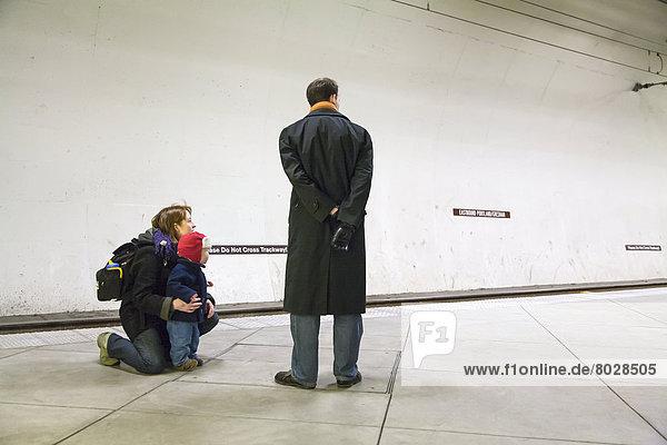 Amerika  Menschlicher Vater  Sohn  warten  Ende  jung  Portland  Unterführung  Verbindung  Zoo  Zoologischer Garten  Zoologische Gärten  Mutter - Mensch  Oregon  einstellen  Zug