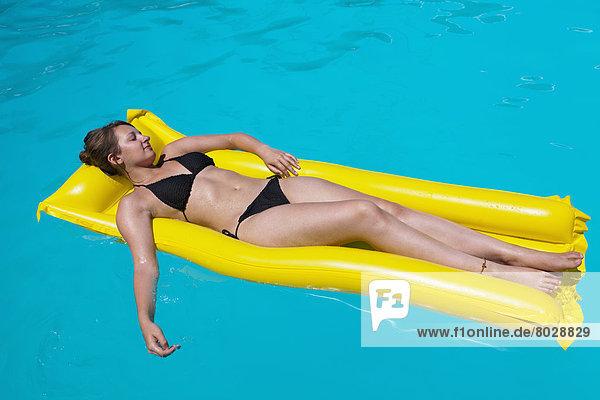 Frau  gelb  Entspannung  aufblasen  schwimmen  Zypern  Matratze