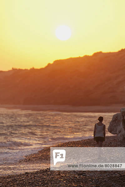 Felsbrocken  Frau  Ecke  Ecken  gehen  Strand  Sonnenuntergang  vorwärts