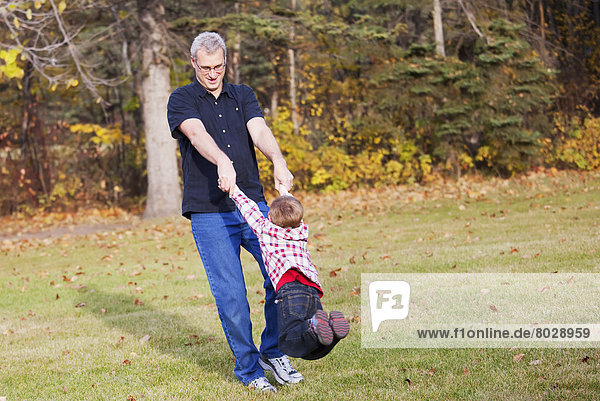 schaukeln  schaukelnd  schaukelt  schwingen  schwingt schwingend  Enkelsohn  Großvater  Herbst