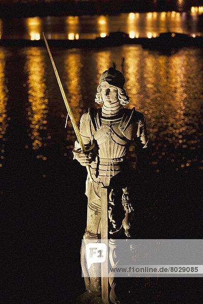 beleuchtet  Wasser  Beleuchtung  Licht  Spiegelung  Hintergrund  Statue