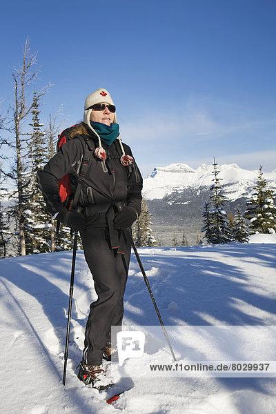 Rucksack  Berg  bedecken  Himmel  Stange  blau  Mütze  Schneeschuh  Schnee