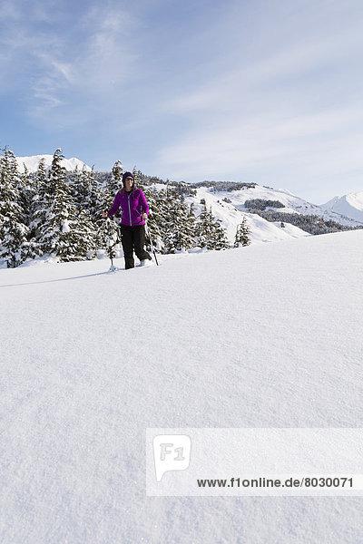 Frau  Tag  Amerika  Wald  Sonnenlicht  Verbindung  Süden  Turnagain Arm  Kenai-Fjords-Nationalpark  Alaska  Halbinsel  Schneeschuhlaufen