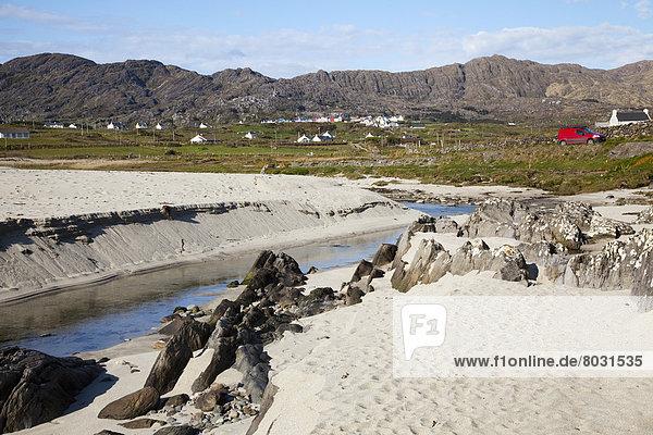 entfernt Gebäude weiß Sand vorwärts Irland